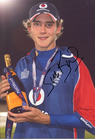 STUART BROAD: 8x12 inch photosigned by England cri