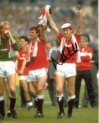 NORMAN WHITESIDE: 8x10 inch photosigned by former