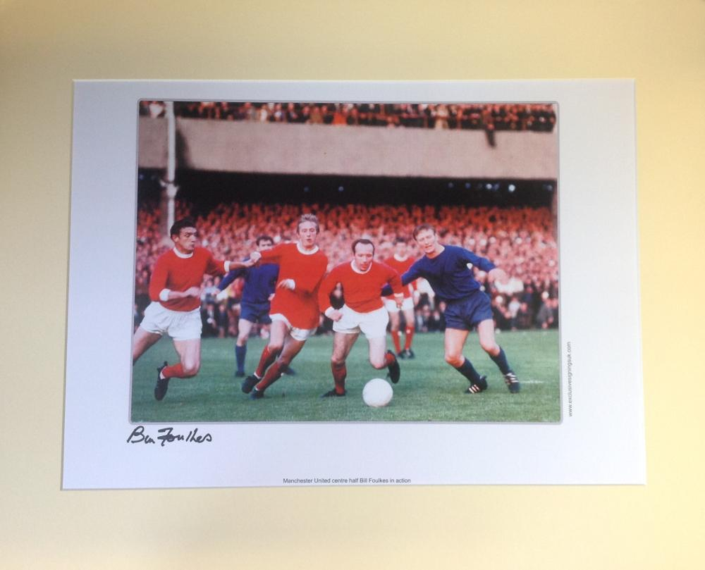 Football Bill Foulkes signed 16x20 mounted colour photo pictured in action for Manchester United.