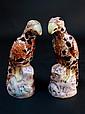 Paire de sujets en porcelaine polychrome figurant 2 perroquets. Porte une marque Haut 28cm