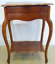 Petite travailleuse en bois de placage ouvrant à 1 tiroir et plateau d'entretoise. Vers 1900 73x55x39 (défaut au plateau)