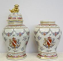 Paire de vases à décor fleuri, couvercle avec anse au chien rehaussé d'or (manque un couvercle) Chine marque rouge Haut 40 cm