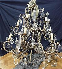 Lustre en cristal taillé à 3 étages et 12 lumières Armature en fonte de fer doré provenant probablement de l'atelier Baguès.                                 Epoque vers 1880 82x70 cm