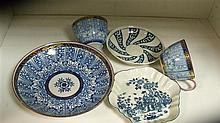An 18th century Worcester blue and white tea pot stand, a saucer and three 'Queen's Lily' pattern wares,
