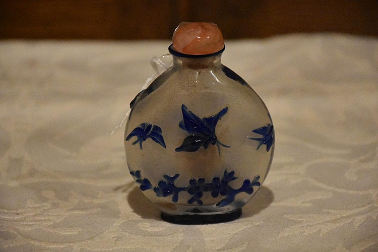 A Chinese overlaid glass snuff bottle having butterfly decoration.