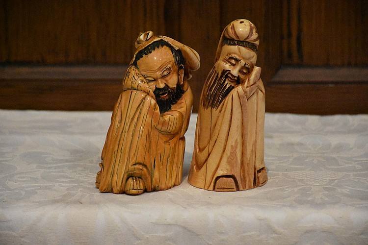 A good pair of Chinese 19th century carved ivory figures of the noble gents. Height 13cm, Width 6cm