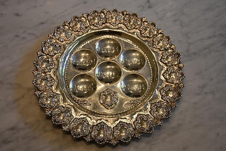 A fine Australian silver serving plate having grape armorial decoration. Height 3cm, Width 35cm