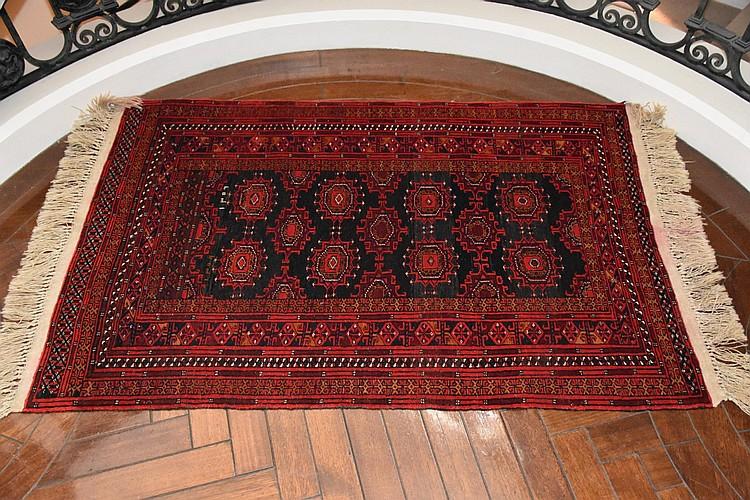 A fine hand woven pure wool Persian carpet having geometric design. Length 157cm, Width 100cm