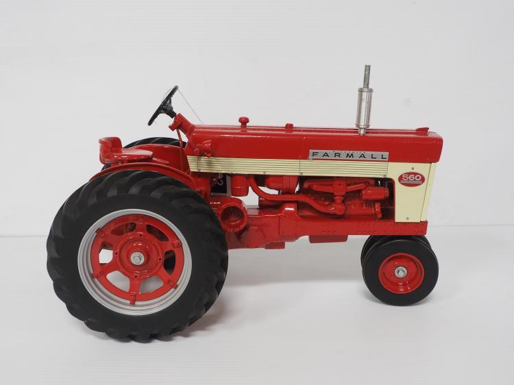 1:8 Farmall 560