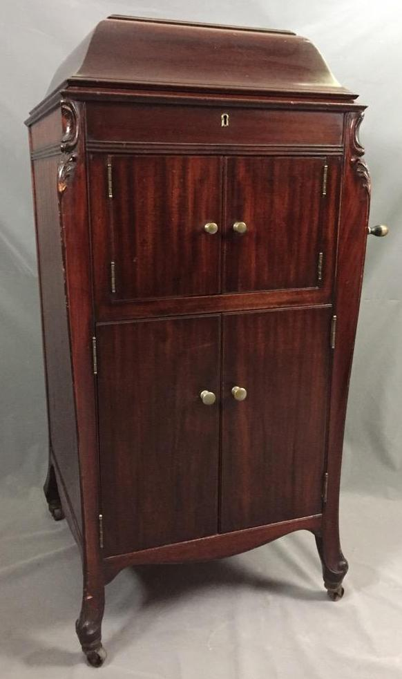 Lot 162: Antique Victrola in cherry cabinet with No needle but has working  crank - Antique Victrola In Cherry Cabinet With No Needle But Has Working Crank
