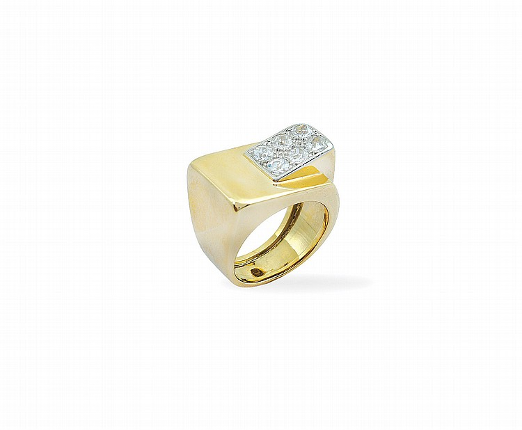 An 18kt white, yellow gold and diamonds ring