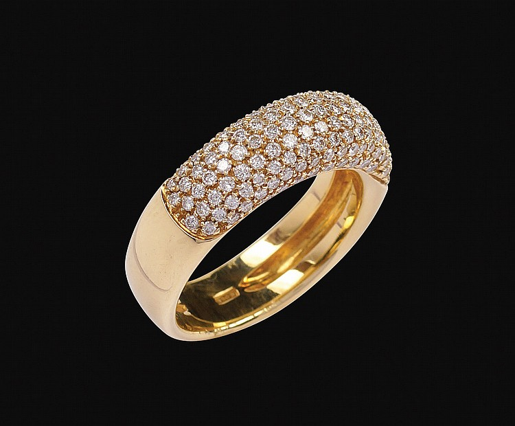 An 18kt gold and pavè diamonds ring