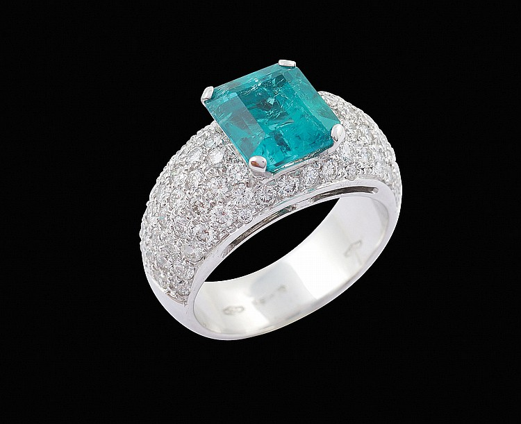 An 18kt white gold ring with emerald ct.3,31