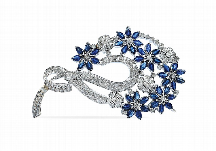 An 18kt white gold brooch with a floral pattern