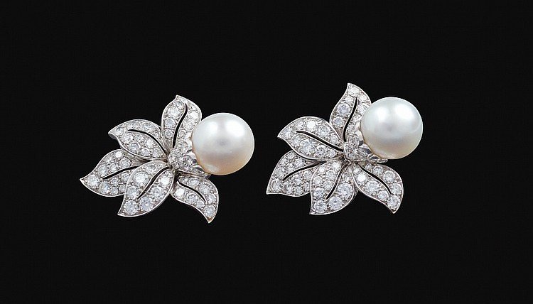 A pair of 18kt white gold earring with floral pattern