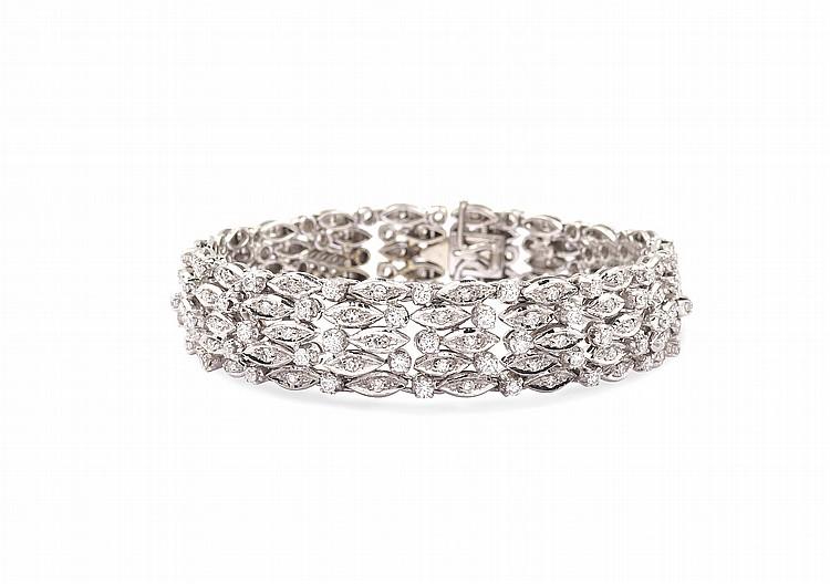 An 18kt white gold bracelet