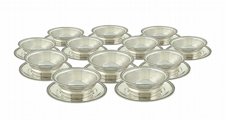 A set of silver cups and plates (12)