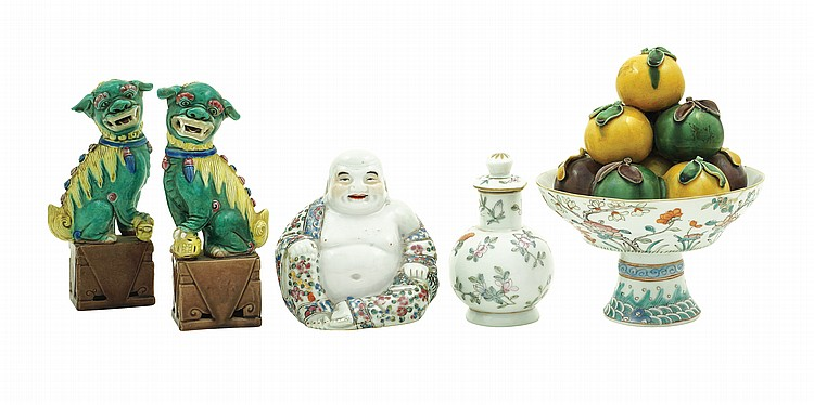 An Oriental porcelain and ceramic lot (5)