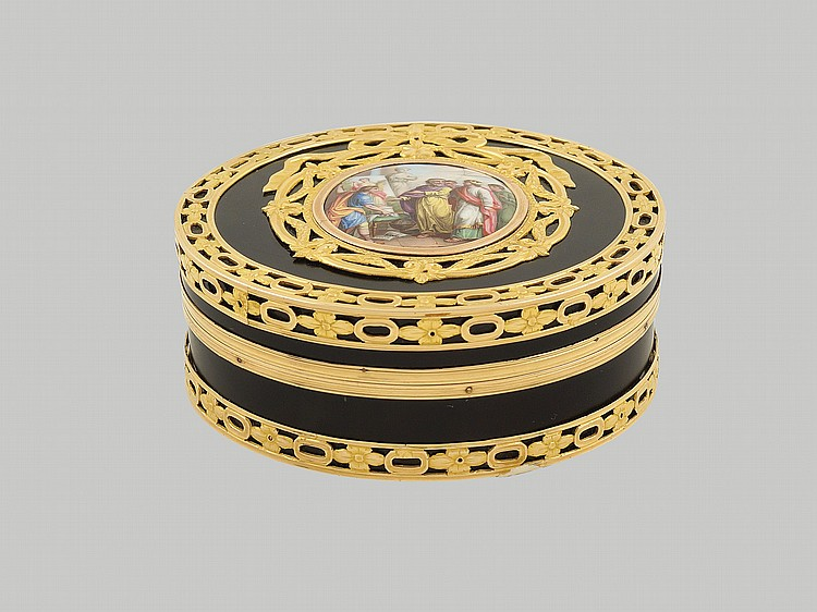 A gold and tortoise snuff box