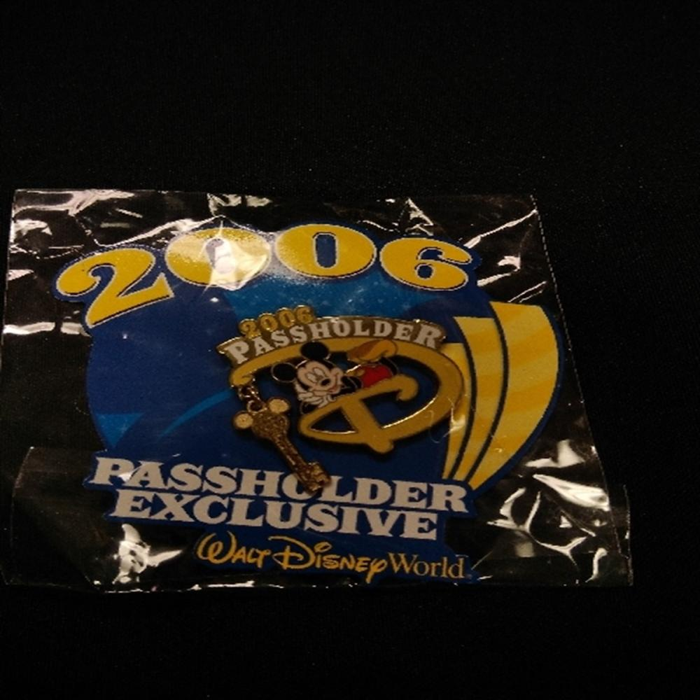 WDW 2006 Passholder Exclusive Mickey Key Pin