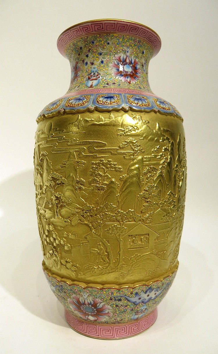 CHINESE QIAN LONG PORCELAIN VASE