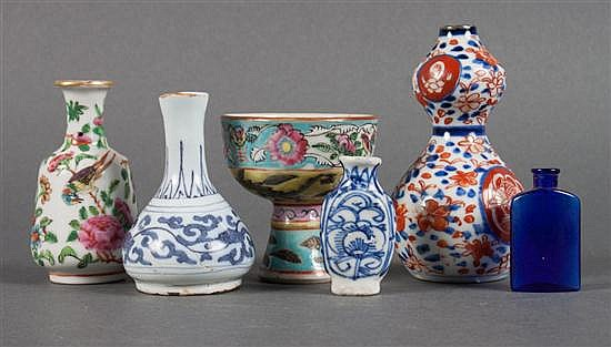 Five assorted Oriental Export porcelain cabinet articles, and Dutch blue and white delftware vase