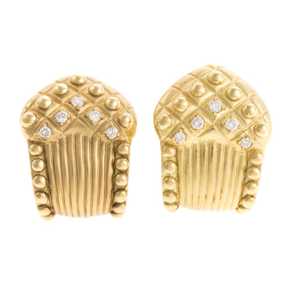 A Pair of Ladies Earrings with Diamonds in 18K