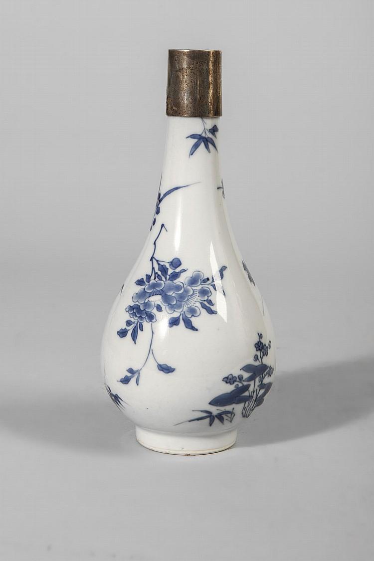 Flacon en porcelaine blanche d cor e en bleu cobalt sous cou - Applique porcelaine blanche ...