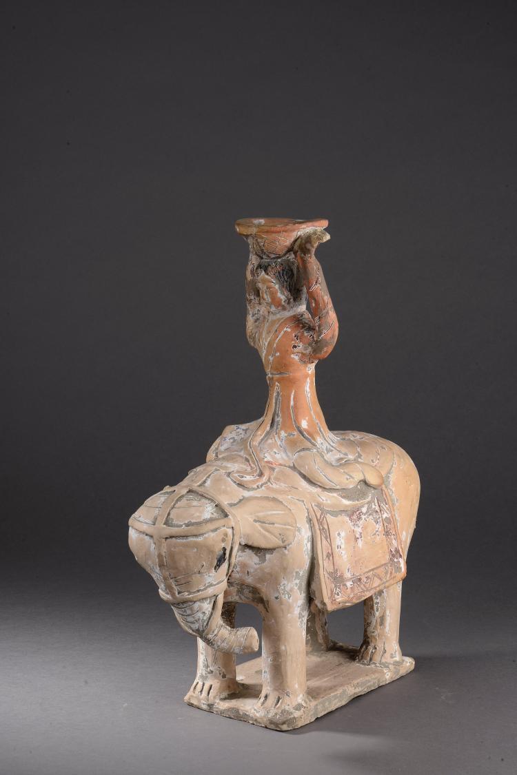 acrobate chevauchant un elephant harnache portant une coupe. Black Bedroom Furniture Sets. Home Design Ideas