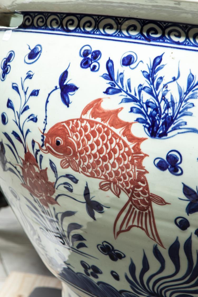 Important vasque aquarium sur pied douche en porcelaine deco - Vasque sur pied design ...