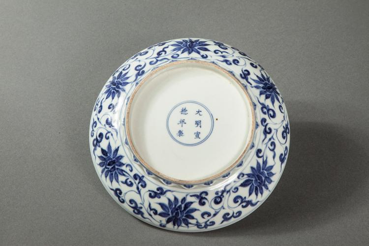 Plat en porcelaine blanche d cor en bleu cobalt sous couver - Applique porcelaine blanche ...