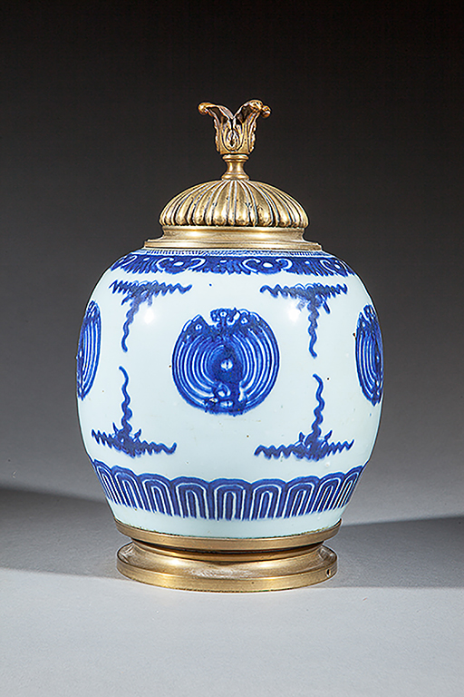Potiche en porcelaine blanche d cor e en bleu cobalt sous co - Applique porcelaine blanche ...