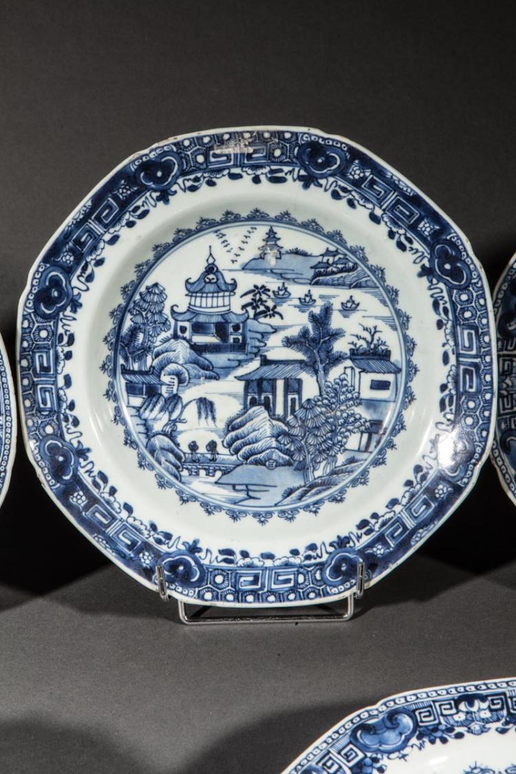 Suite de 6 assiettes en porcelaine blanche d cor e en bleu c - Applique porcelaine blanche ...
