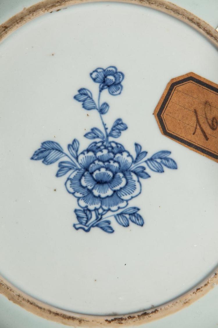 Assiette en porcelaine blanche d cor e d 39 un groupe de lettr - Applique porcelaine blanche ...