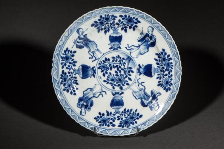 Assiette en porcelaine blanche d cor e en bleu cobalt sous c - Applique porcelaine blanche ...