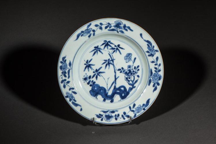 Deux assiettes en porcelaine blanche d cor e en bleu cobalt - Applique porcelaine blanche ...