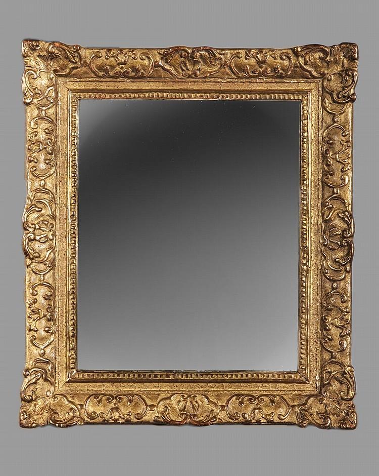 Miroir rectangulaire en bois dore sculpte d 39 enroulements et for Miroir dore rectangulaire
