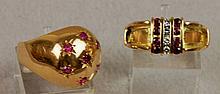 Lot de deux bagues- L' une boule en or jaune sertie de 7 rubis epoque 1940 P 7,2gr - L' autre bague en or jaune, 2 lignes de rubis de synthese calibres, epoque 1950, P : 6,1gr