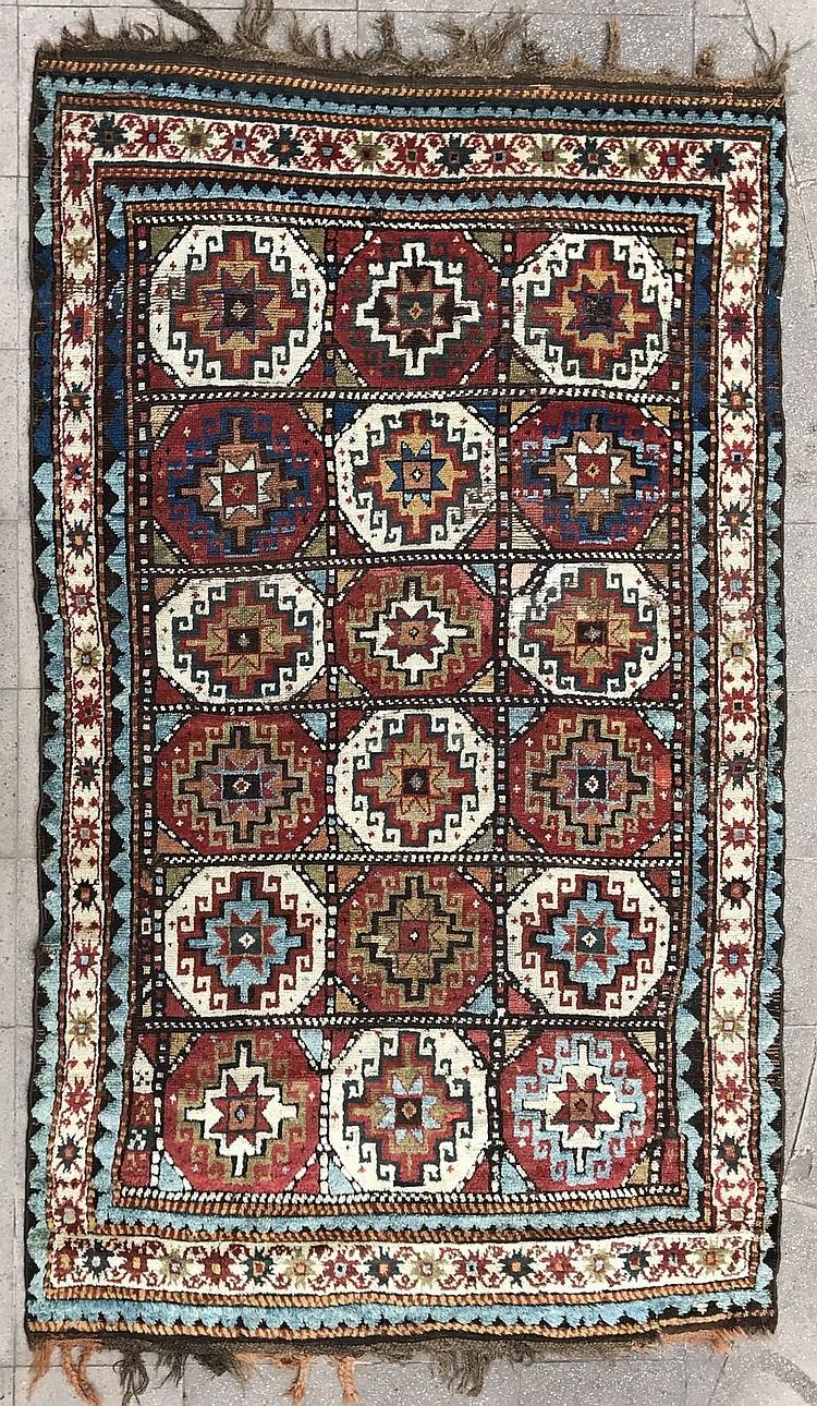 interessant tapis de la region du caucase karabagh a mot. Black Bedroom Furniture Sets. Home Design Ideas