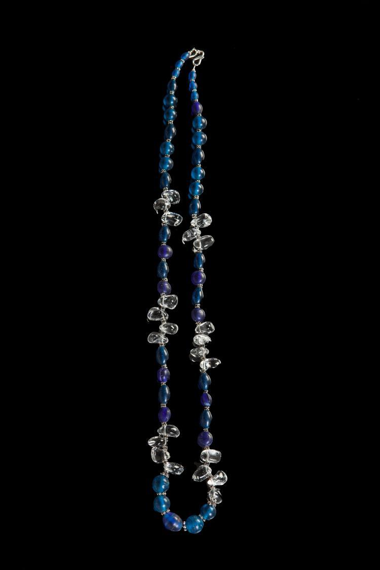 Collier recomposé selon la tradition de perles de pate de verre bleue,