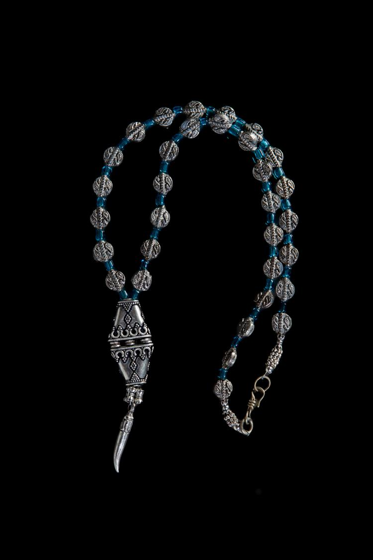 Collier recomposé selon la tradition de perles de pate de verre bleue translucide,