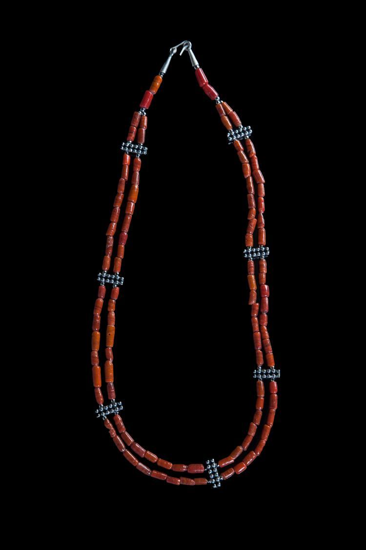 Collier double rangs recomposé selon la tradition de perles de pate de verre corail et métal argenté.