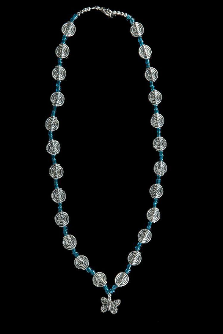 Collier recomposé selon la tradition de perles  spiralées et pendeloques papillons en métal argenté séparées par des pates de verre bleues.