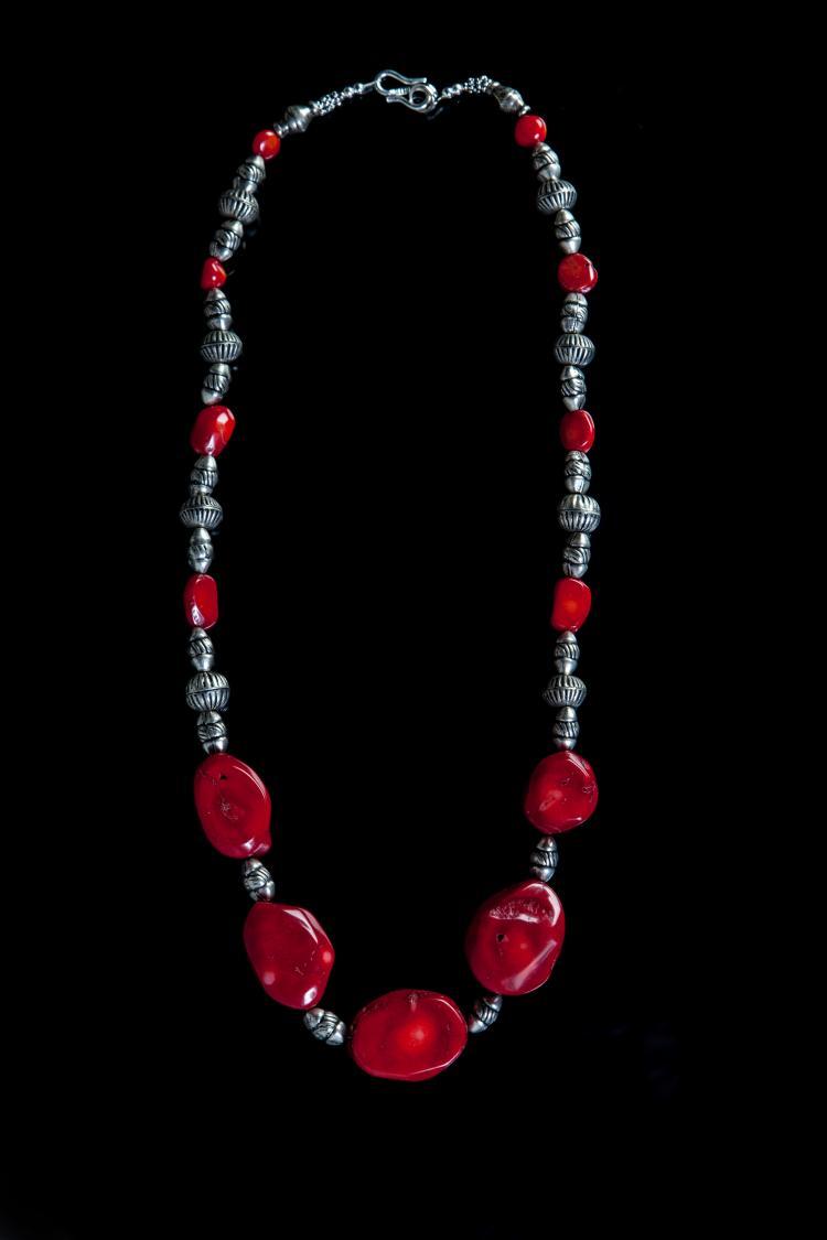 Collier recomposé selon la tradition de perles de corail et pate de verre.