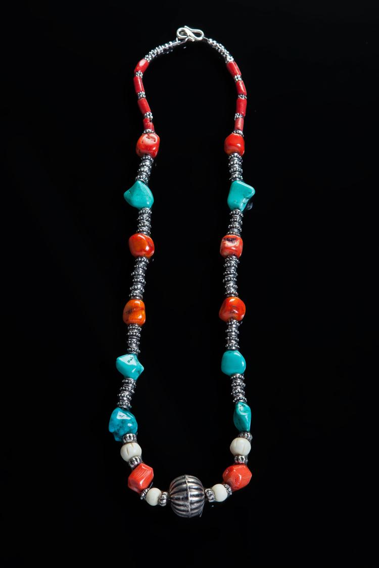 Collier recomposé selon la tradition de perles de corail,