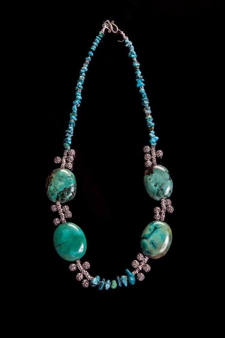 Collier recomposé selon la tradition de perles de turquoises et métal argenté.