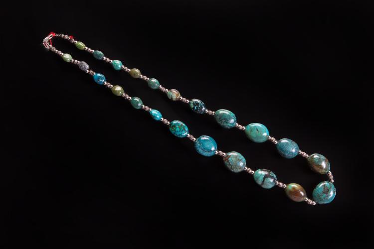 Collier recomposé selon la tradition de perles de turquoise et métal argenté.