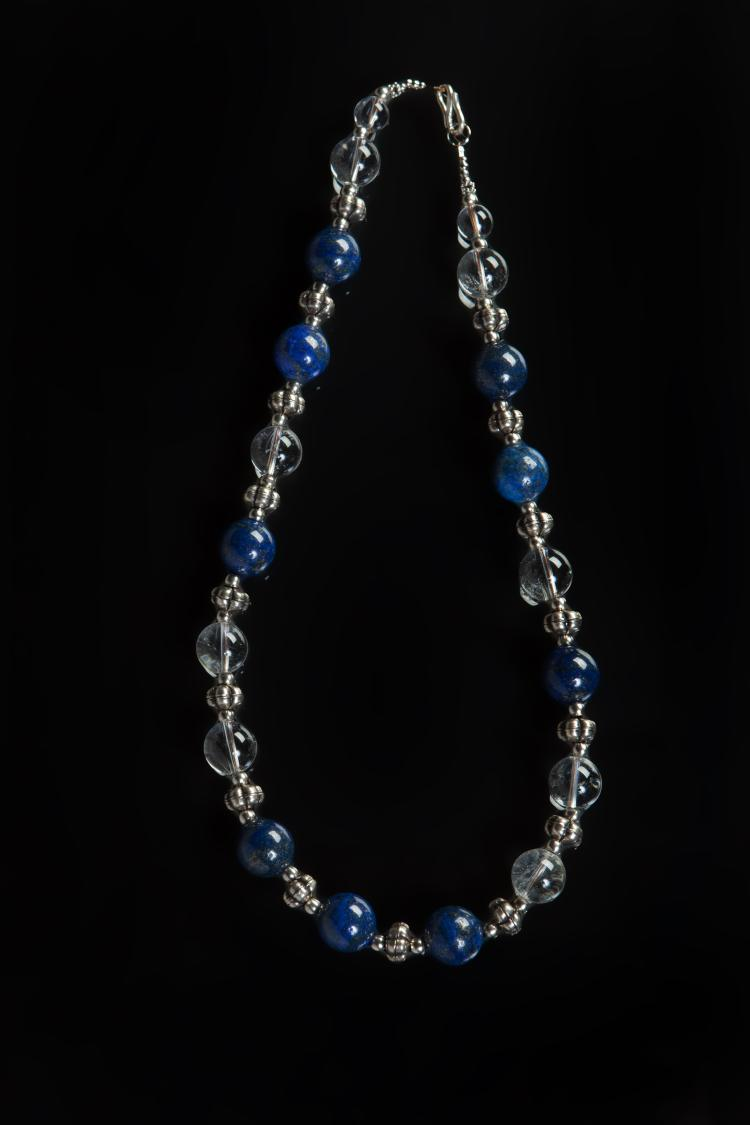 Collier recomposé selon la tradition de perles de lapis lazuli,
