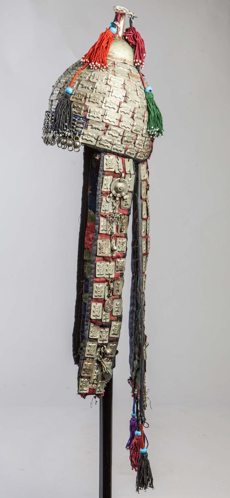 Coiffe du costume traditionnel des ethnies Miao composée d'un casque et de larges bandes latérales cousues de médaillons de métal repoussé et de pompons de perles.