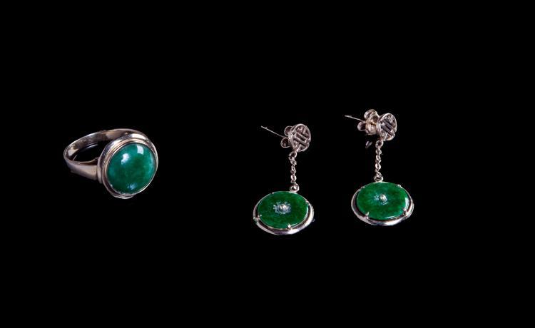 Paire de boucles d'oreilles et une bague en métal serti de jade.